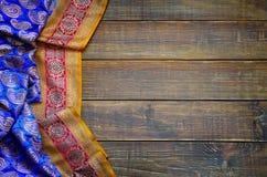 Vecchi bordi e tessuto con gli ornamenti orientali tradizionali Paisley Fotografia Stock Libera da Diritti