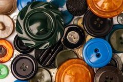 Vecchi bottoni di plastica variopinti, su fondo bianco Lotto dei bottoni di plastica dei olds nelle dimensioni differenti Fotografia Stock