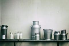 Vecchi brocche, bidoni e bottiglie del latte fotografia stock libera da diritti
