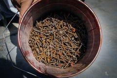 Vecchi bulloni arrugginiti e dadi d'acciaio Fotografia Stock