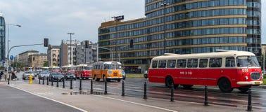 Vecchi bus che trasportano i turisti ad una sede a Varsavia immagine stock libera da diritti