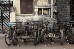 Vecchi bycicles arrugginiti nelle vie di Mumbai, India fotografia stock