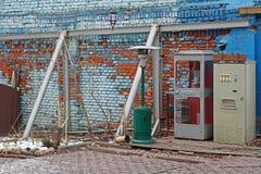 Vecchi cabina telefonica, macchina del selz e riscaldatore a gas sovietici per il patio fotografia stock libera da diritti