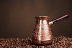 Vecchi caffettiera e fagioli. Fotografia Stock