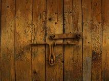 Vecchi cancelli di legno con il lucchetto fotografie stock