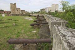 Vecchi cannoni alla parete della fortezza della fortezza di Ozama in Santo Domingo, Repubblica dominicana fotografie stock