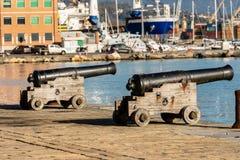 Vecchi cannoni navali - porto di La Spezia Italia immagini stock libere da diritti
