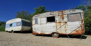 Vecchi caravan abbandonati polverosi fotografia stock libera da diritti