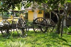 Vecchi carretti di legno nella fabbrica cambodia immagini stock libere da diritti