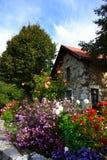Vecchi casa e fiori Fotografia Stock Libera da Diritti