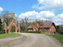 Vecchi casa e portone rossi, Lituania Fotografia Stock