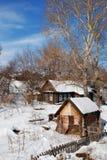 Vecchi casa e stabilmento balneare nell'inverno Scale su fondo immagine stock