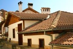 Vecchi case e tetti con le mattonelle di ceramica Immagini Stock