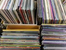 Vecchi casi del disco di vinile da vendere in Music Store Immagini Stock