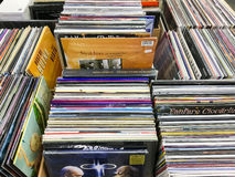 Vecchi casi del disco di vinile da vendere in Music Store Immagine Stock