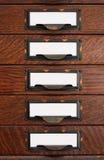 Vecchi cassetti di archivio piano con i contrassegni in bianco Fotografia Stock