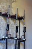 Vecchi cavi elettrici con il terminale dell'occhiello contro la parete Immagini Stock Libere da Diritti