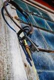 Vecchi chiavi ed anello antichi contro la finestra al piombo Fotografia Stock Libera da Diritti