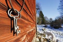 Vecchi chiavi ed anello antichi contro una parete del granaio Immagini Stock