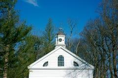 Vecchi chiesa e campanile bianchi Immagine Stock
