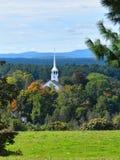 Vecchi chiesa e campanile un giorno parzialmente nuvoloso dell'autunno in Groton, Massachusetts, la contea di Middlesex, Stati Un fotografia stock libera da diritti