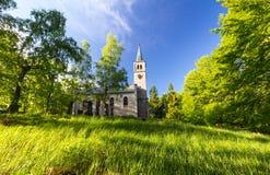 Vecchi chiesa e cimitero evangelici nel legno Fotografie Stock