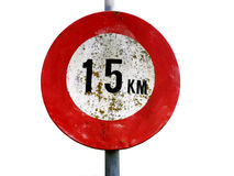 Vecchi 15 chilometri sporchi per segnale stradale di ora isolato su bianco Fotografia Stock Libera da Diritti