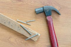 Vecchi chiodi e legno del martello sulla tavola Fotografia Stock Libera da Diritti