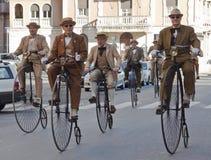 Vecchi cicli degli anziani, ciclanti con l'evento di storia Fotografie Stock