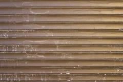Vecchi ciechi metallici grigi gialli marroni sporchi con i punti bianchi di pittura Linee orizzontali Struttura della superficie  fotografie stock
