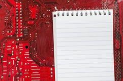 Vecchi circuito e posto sporchi rossi del computer per testo Immagini Stock