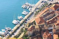 Vecchi città di Kotor e porticciolo di Kotor Fotografia Stock