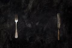 Vecchi coltello e forcella della fattoria sulla vista superiore concreta Fotografie Stock Libere da Diritti