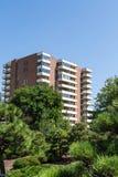 Vecchi condomini del mattone con i balconi bianchi Fotografia Stock Libera da Diritti