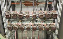Vecchi contattori nel pannello del circuito Immagine Stock