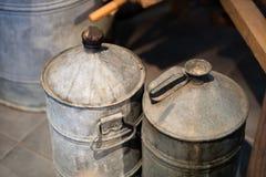 Vecchi contenitori del metallo per liquido Barilotti per le bevande dell'alimento in Fotografia Stock