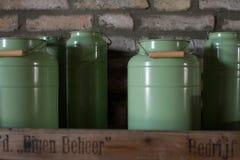 Vecchi contenitori della birra della latta su uno scaffale di legno Fotografia Stock
