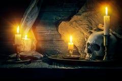 Vecchi cranio e candele fotografie stock