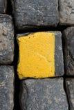 Vecchi cubi o ciottoli gialli e neri della strada del granito come fondo o carta da parati Immagine verticale fotografie stock libere da diritti