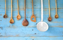 Vecchi cucchiai di legno Immagini Stock