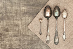 Vecchi cucchiai sulla tavola Fotografia Stock Libera da Diritti