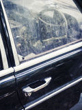 Vecchi dettagli dell'automobile con il volante della maniglia di porta Immagine Stock
