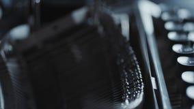 Vecchi dettagli della macchina da scrivere stock footage