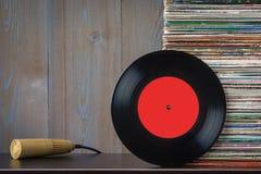 Vecchi dischi e microfono del vinile Fotografia Stock Libera da Diritti