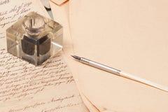Vecchi documenti dell'annata con la vecchia penna dell'inchiostro Immagini Stock