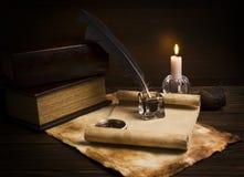 Vecchi documenti e libri su una tabella di legno fotografia stock
