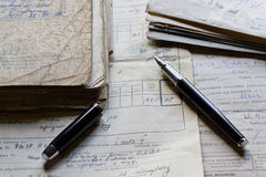 Vecchi documenti e penna Fotografia Stock
