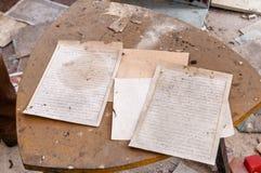 Vecchi documenti sulla tabella sporca Fotografie Stock