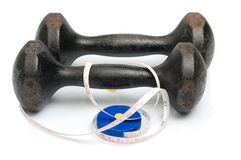 Vecchi dumbbells del ferro e misura di nastro Fotografia Stock Libera da Diritti