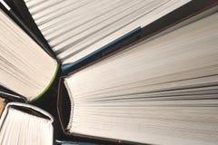 Vecchi e libri o libri di testo usati della libro con copertina rigida veduti da sopra I libri e la lettura sono essenziali per m Fotografie Stock Libere da Diritti